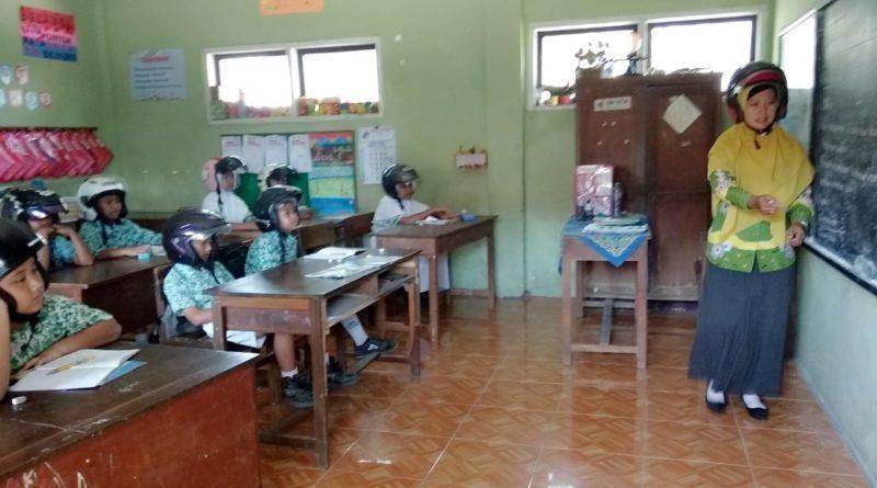 Antisipasi, Siswa-siswi SD Menggunakan Helm Dalam Kelas
