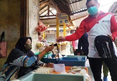 Pemkab Mojokerto Bagikan Masker di Pasar Bangsal